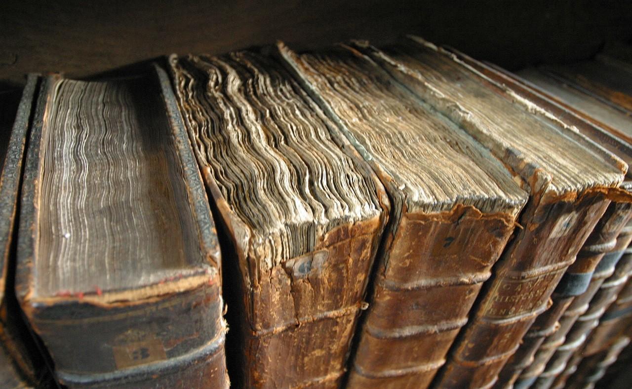 Eski Kitaplar sayfaları deforme olmuş ve her açışta daha çok zarar görüyor