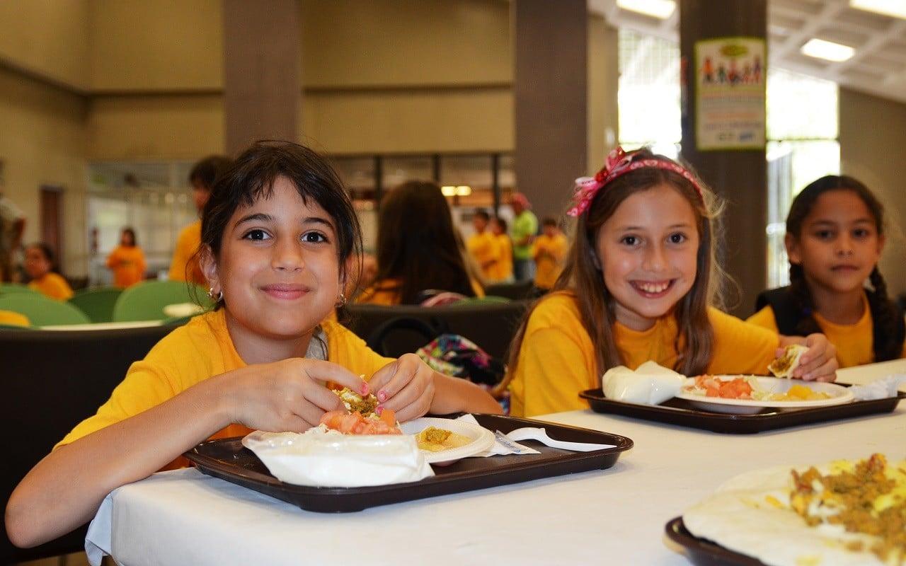 Okul döneminde çocuklar nasıl beslenmeli? | Okul yemeklerini yemelerini teşvik edin