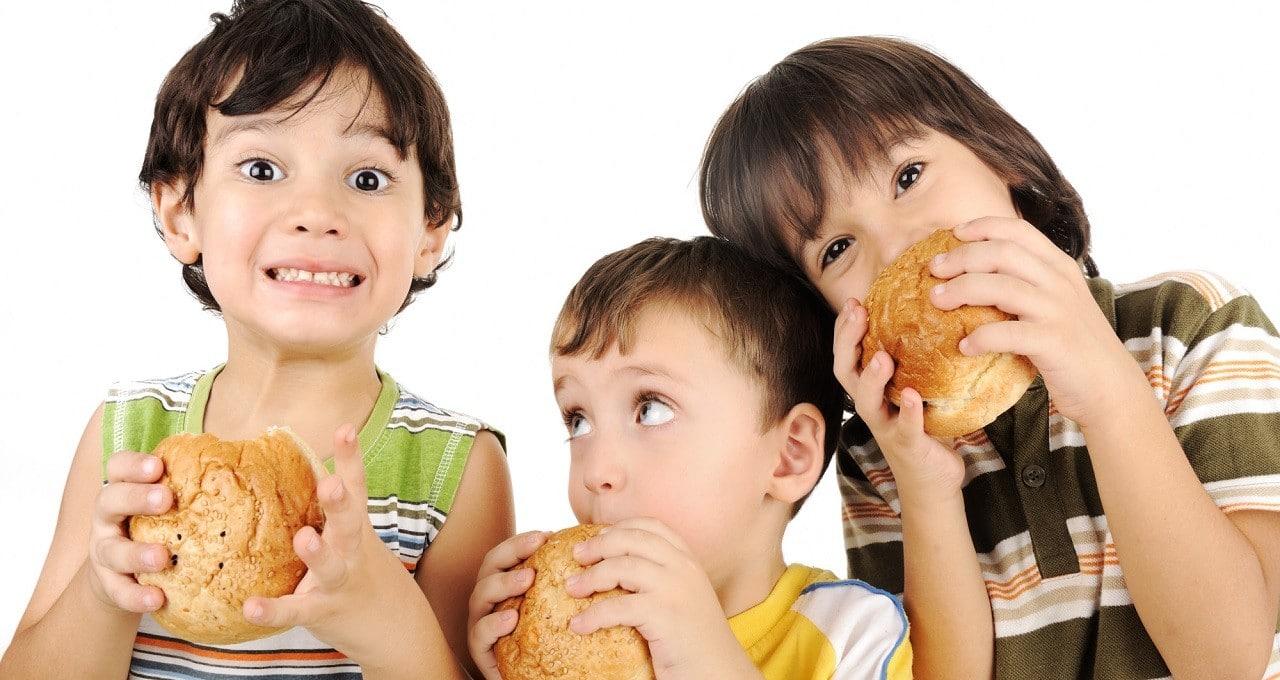 Okul döneminde çocuklar nasıl beslenmeli? | Ekmek tüketiminde tam buğdayı tercih edin.