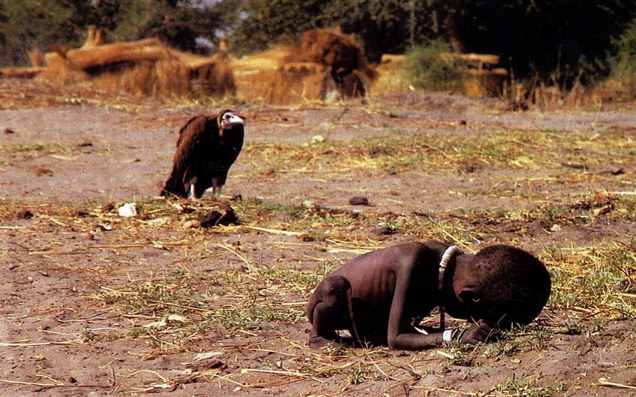 Akbaba kuşlarının bilinmeyen özellikleri | Afrika'da küçük kız'ın arkasında sinsice bekleyen akbaba
