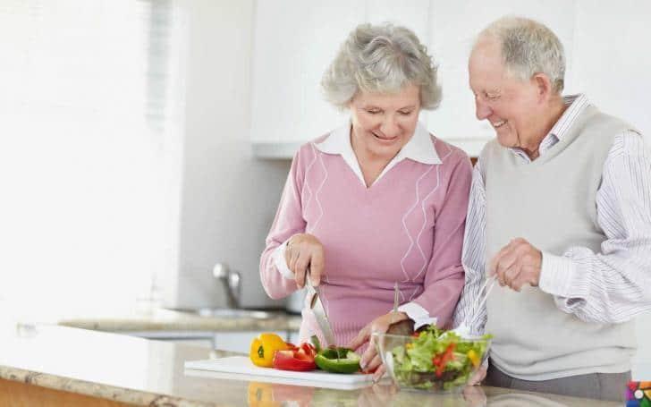 Yaşlılıkta beslenmede nelere dikkat edilmeli? | Taze sebze ve meyve her öğünde yenmeli