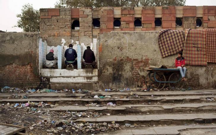 Hindistan'da tuvalet kullananlara ödül olarak para veriliyor! | Bir çok hintli halen dışarıda tuvaletini yapıyor