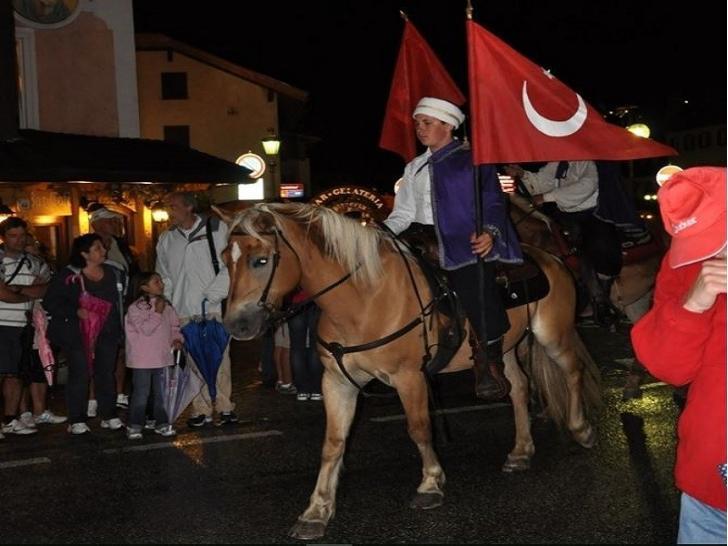 Türk festivalinde osmanlı kıyafetleri ve bayraklarla geziyorlar