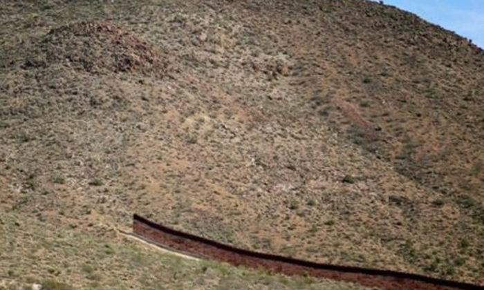 Trump Meksika sınırına boydan boya duvar kararnamesini imzaladı!