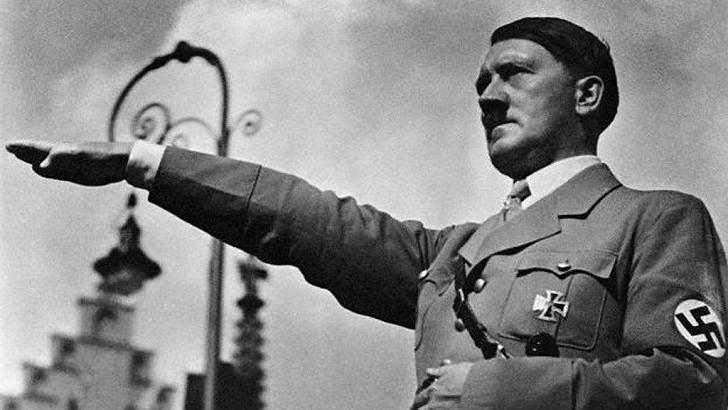 Adolf Hitler Kimdir? Adolf Hitler'in Hayatı, Başarıları, Katliamları ve Ölümü | Adolf Hitler'in Yaptığı Bir Konuşma sonrası selamlaması
