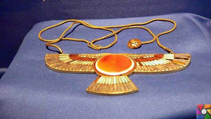 Karun Hazinesi Soygunu ve Hikayesi nedir? Karun Hazineleri Nerede? | Uşak Arkeoloji Müzesindeki Karun Hazinesi Disk biçimli kanatlı altın kolye