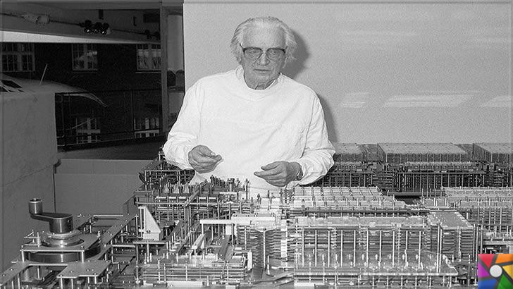 Konrad Zuse kimdir? Konrad Zuse'nin Hayatı ve Biyografisi | Konrad Zuse yıllar sonra Z1 bilgisayarını incelerken fotoğrafı