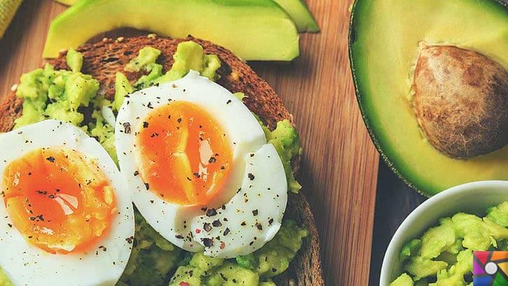Doğal Detoks nasıl yapılır? Metabolizmayı hızlandıran en iyi 24 süper gıda | Avokado ile yumurtalı bir kahvaltı