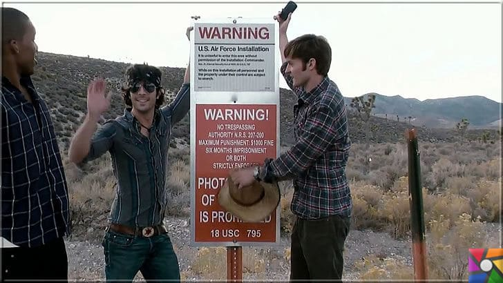 Dünyada girilemeyen 5 yasaklı bölge nerede? Yasaklı bölgelerin sırları ne? | Area 51 yani Türkçesi 51. Bölgeyi merak eden Amerikalılar uyarı levhası önünde fotoğraf çektiriyorlar
