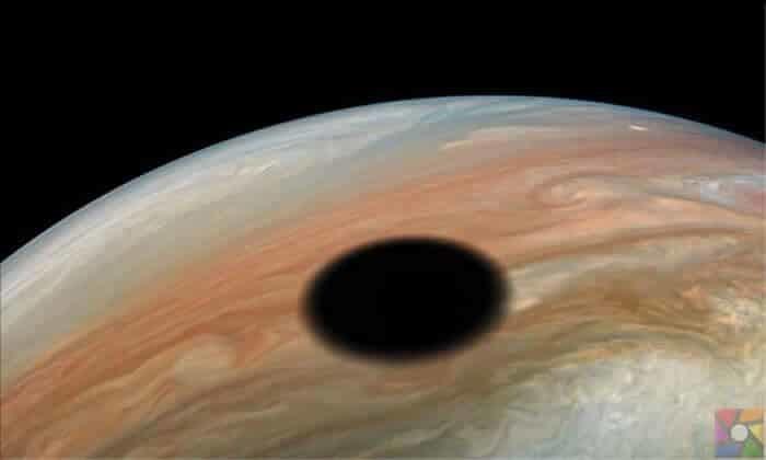 Jüpiter gezegeni üzerinde güneş tutulması böyle gözüküyor